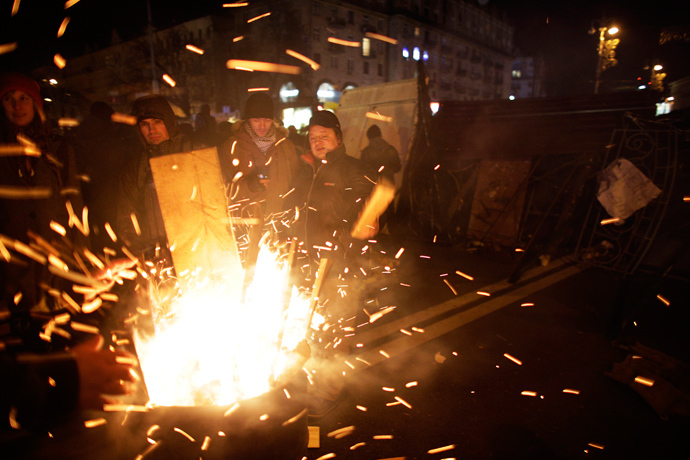 Protesters supporting EU integration warm themselves around fire near a barricade at Independence Square in Kiev December 3, 2013. (Reuters / Stoyan Nenov)
