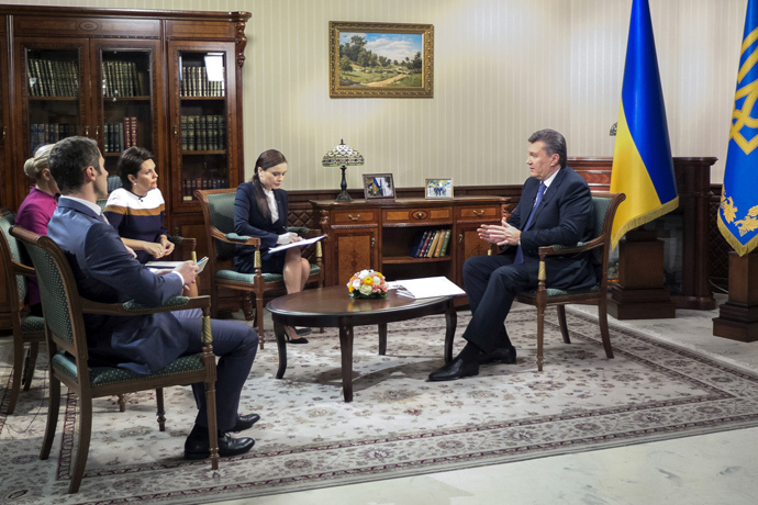 Ukrainian President Viktor Yanukovych (R) speaks to Ukrainian and Russian journalists during an interwiev in Kiev on December 2, 2013. (AFP Photo / Presidential Press-Service Pool / Andrei Mosienko)