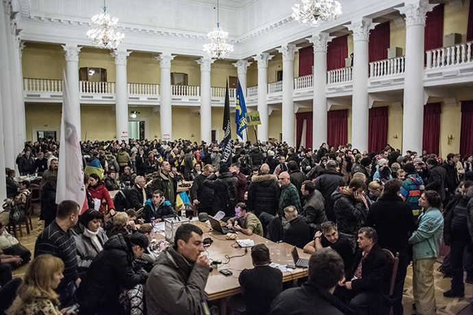 Participants in a rally in support of Ukraine's integration with the EU, in Kiev's city hall occupied by protesters on December 1, 2013. (RIA Novosti / Andrey Stenin)