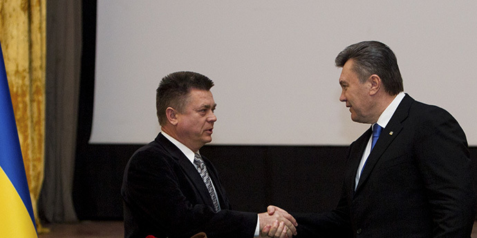 (FILES) Ukrainian President Viktor Yanukovich meets with Defence Minister Pavlo Lebedev in Kiev (Reuters)