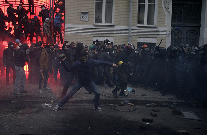 Protesters try to break through police lines near the presidential administration building during a rally held by supporters of EU integration in Kiev, December 1, 2013. (Reuters / Stoyan Nenov)