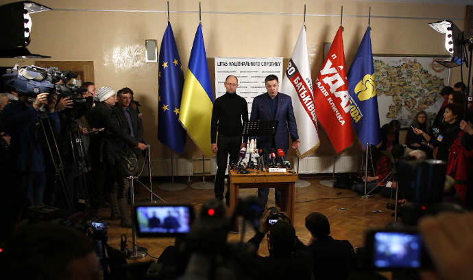 Arseny Yatsenyuk (centre L), a Ukrainian opposition leader and Oleg Tyagnibok, head of the All-Ukrainian Union Svoboda (Freedom) Party, attend a news conference in Kiev December 2, 2013. (Reuters / Stoyan Nenov)