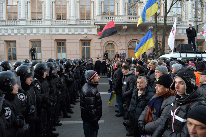 Protesters stand in front of riot policemen in front of the Ukrainian parliament in Kiev prior to the parliament session on December 3, 2013. (AFP Photo/Sergei Supinsky)