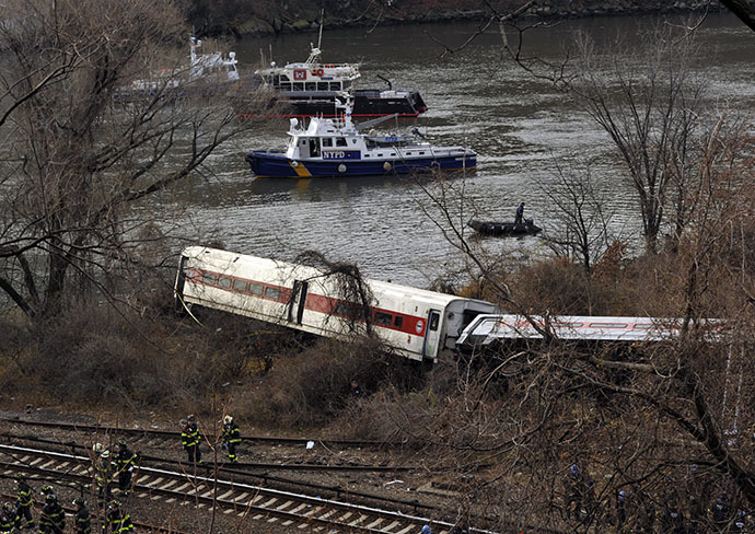 Emergency crews at the scene of a commuter train wreck on Dec 1, 2013 in the Bronx borough of New York. (AFP Photo / Timothy A. Clary)
