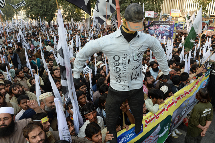 Pakistani supporters of the Defence of Pakistan coalition shout slogans as they hold up an effigy of US President Barack Obama at an anti-US rally in Lahore on December 1, 2013 (AFP Photo / Arif Ali)