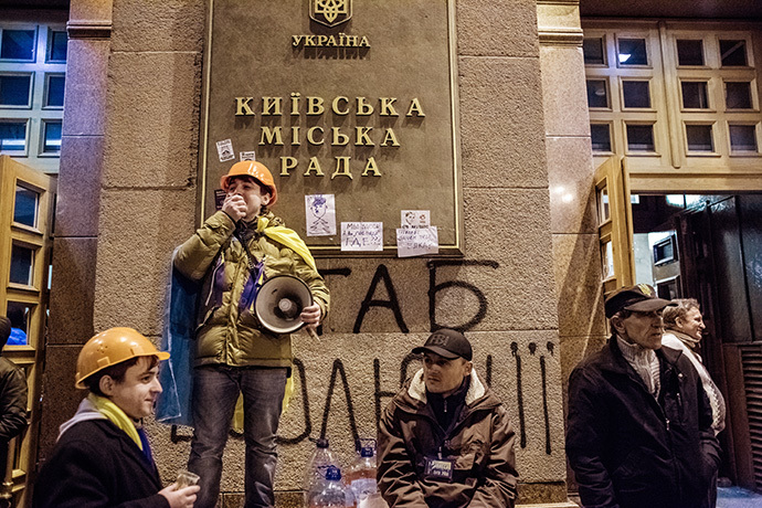 Participants in a rally in support of Ukraine's integration with the EU, near Kiev's city hall occupied by protesters on December 2, 2013. (RIA Novosti / Andrey Stenin)