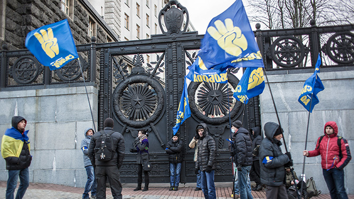 Protesters participating in pro-EU rallies stand near the entrance to Ukraine's Cabinet building in Kiev on December 2, 2013. (RIA Novosti / Andrey Stenin)