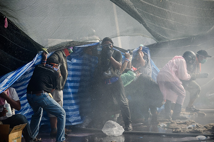 Anti-government protesters clash with riot police outside the police headquarters during an ongoing rally in Bangkok on December 2, 2013. (AFP Photo / Nicolas Asfouri)