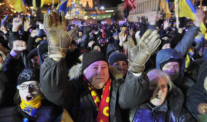 People shout slogans and wave flags of Ukraine and the European Union on December 2, 2013 during an opposition protest on Independence Square in Kiev. (AFP Photo / Genya Savilov)