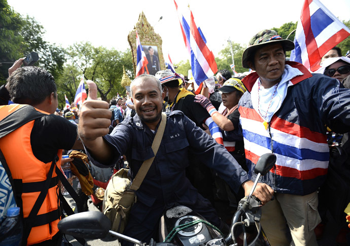 Thai riot police smile as they are cheered by anti-government protesters after demonstrations are called off outside Government House in Bangkok December 3, 2013. (Reuters/Dylan Martinez)