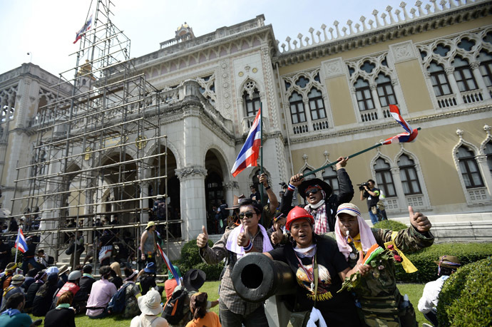 Anti-government protesters celebrate inside the grounds of Government House after demonstrations we called off in Bangkok December 3, 2013. (Reuters/Dylan Martinez)
