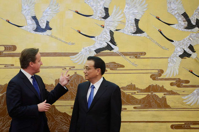 Britain's Prime Minister David Cameron (L) chats with China's Premier Li Keqiang at a signing ceremony at the Great Hall of the People in Beijing December 2, 2013. (Reuters/Ed Jones)