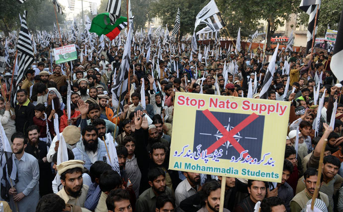 Pakistani supporters of the Defence of Pakistan coalition shout slogans and carry placards at an anti-US rally in Lahore on December 1, 2013.(AFP Photo / Arif Ali)