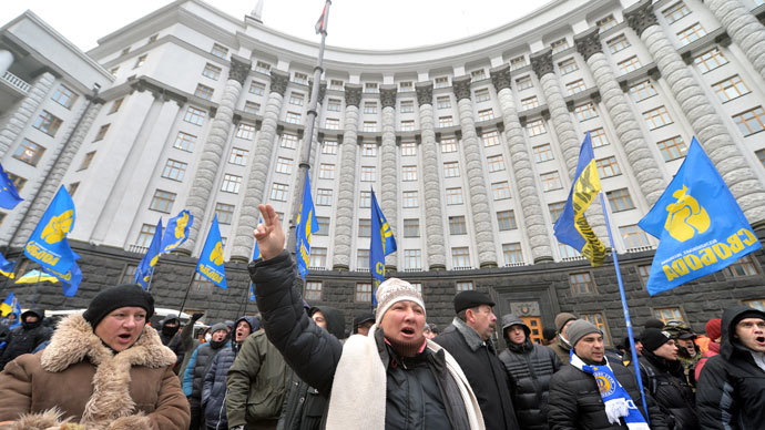 Protests shout slogans as they block the Ukrainian Cabinet of Ministers in Kiev on December 4, 2013.(AFP Photo / Sergei Supinsky)