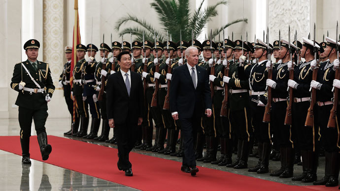 Chinese Vice President Li Yuanchao (R) and US Vice President Joe Biden (L) view an honour guard during a welcoming ceremony inside the Great Hall of the People in Beijing on December 4, 2013.(AFP Photo / Lintao Zhang)