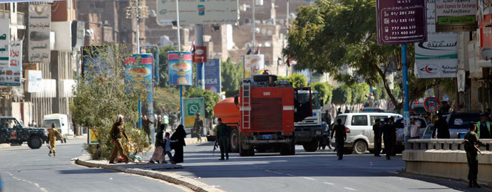 Firefighter trucks drive to the Defence Ministry's compound after an attack in Sanaa December 5, 2013.(Reuters / Mohamed al-Sayaghi)