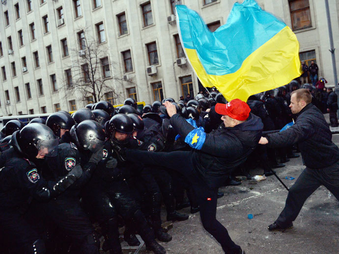 Pro-European Ukrainian demonstrators clash with police near the presidential adminstration office in Kiev as 100 000 outraged Ukrainians swarmed the city in a call for early elections meant to punish authorities for rejecting a historic EU pact, on December 1, 2013.(AFP Photo / Sergei Supinsky)