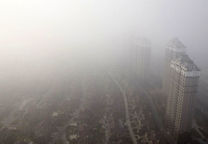 (FILES) Buildings and streets are seen under heavy smog in Harbin, northeast China's Heilongjiang province on October 22, 2013. (AFP Photo)