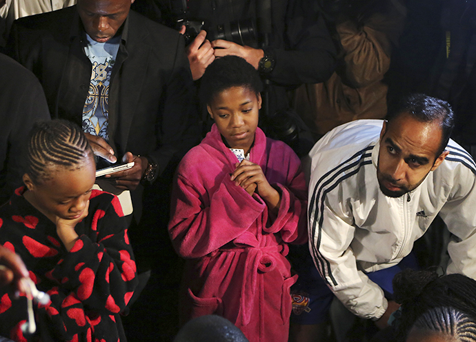 People listen to a radio as South African President Jacob Zuma announces the death of former South African President Nelson Mandela in Houghton, December 5, 2013. (Reuters / Siphiwe Sibeko)