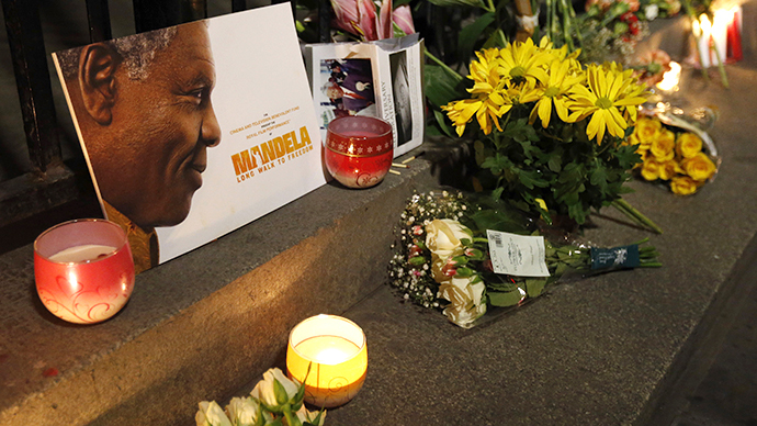 Singing, dancing, mourning: People gather to celebrate Mandela's life (PHOTOS)