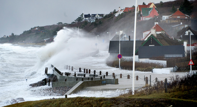 Waves hit the sea front on December 6, 2013 in Raageleje, north of Copenhagen, as storm Haver hits Denmark. (AFP Photo / Scanpix Denmark / Keld Navntoft / Denmark out)