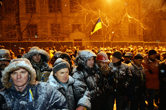 Pro-EU protesters face riot police in front of the government headquarters in Kiev on December 9, 2013 (AFP Photo / Sergey Supinsky)
