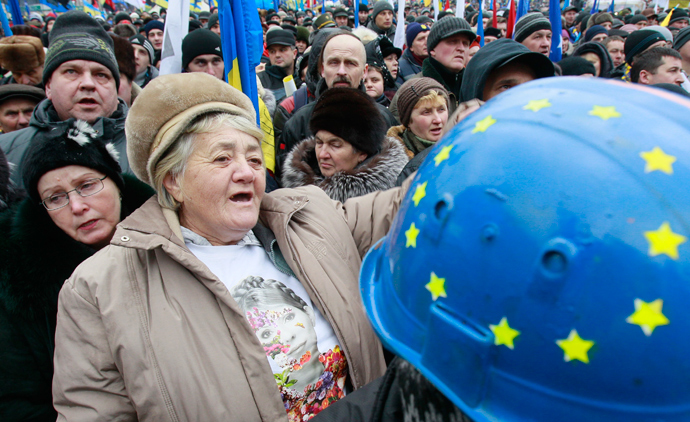People attend a rally organized by supporters of EU integration at Maidan Nezalezhnosti or Independence Square in central Kiev, December 8, 2013 (Reuters / Gleb Garanich)