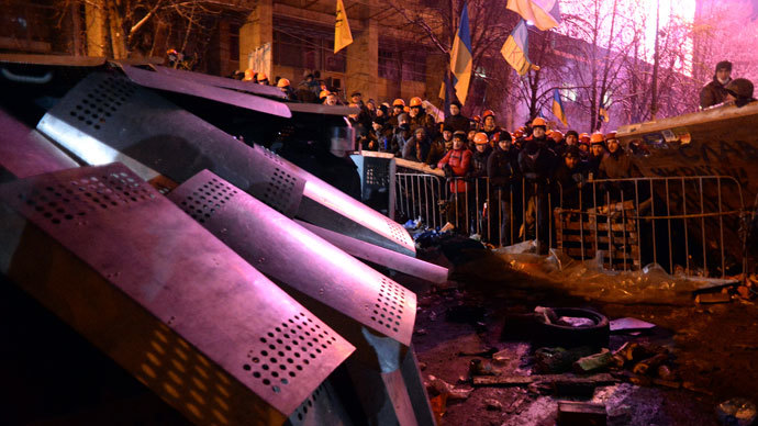 Protesters defend their barricades in front of riot policemen on Independence Square in Kiev, on December 11, 2013.(AFP Photo / Vasily Maximov)