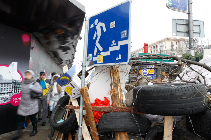 People pass by a barricade erected by Pro-European integration protestors in central Kiev, December 13, 2013 (Reuters / Vasily Fedosenko)