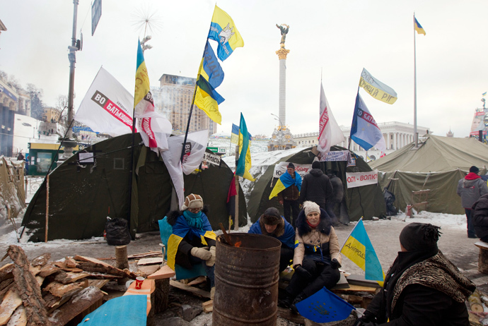 Pro-European integration protestors warm themselves at a fire made in a steel plated drum at Independence square in Kiev, December 10, 2013. (Reuters / Vasily Fedosenko)