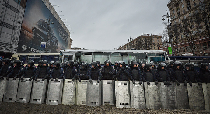 Interior ministry personnel stand guard opposite a barricade erected by supporters of EU integration during snowfall on a street in Kiev, December 9, 2013. (RIA Novosti / Alexey Kudenko)
