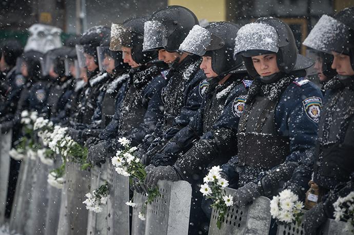 Military personnel of the Internal Troops on the cordoned Grushevskogo Street near the building of Ukrainian Presidential Administration in Kiev on December 9, 2013. (RIA Novosti / Alexey Kudenko)