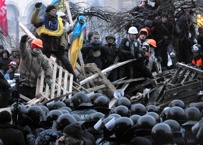 Anti-Yanukovych protesters defend their barricades in front of anti-riot police on Independence Square in Kiev, early on December 11, 2013. (AFP Photo/Viktor Drachev)