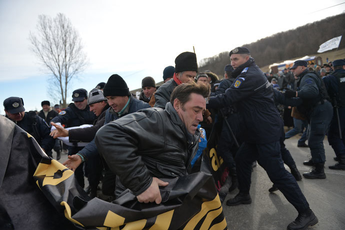 Romanian protesters scuffle with Romanian gendarmes as they try to enter the exploring perimeter of US energy giant Chevron in Pungesti, Romania on December 7, 2013.(AFP Photo / Daniel Mihailescu)