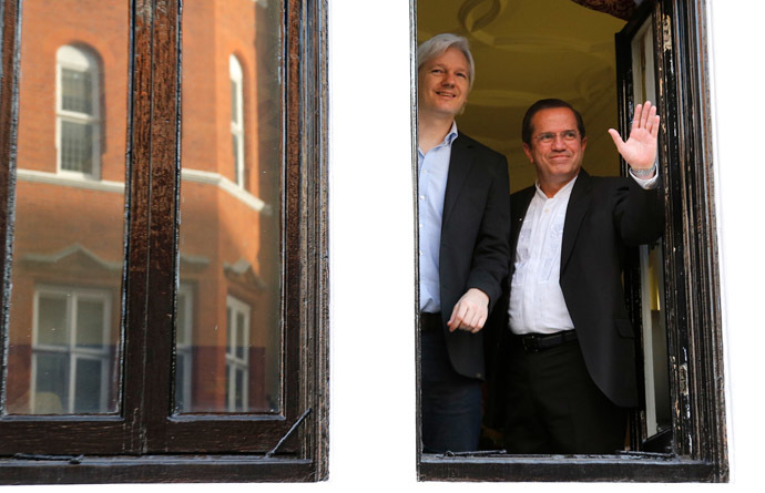 Ecuadurian Foreign Minister Ricardo Patino (R) and Wikileaks founder Julian Assange (L) appear at the window of the Ecuadorian embassy in central London on June 16, 2013 (AFP Photo/Andrew Cowie)