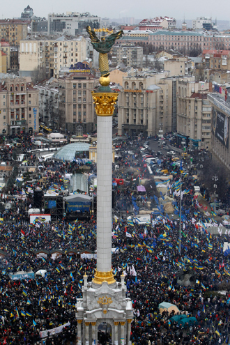 An aerial view shows Maidan Nezalezhnosti or Independence Square crowded by supporters of EU integration during a rally in central Kiev, December 8, 2013 (Reuters / Vasily Fedosenko)