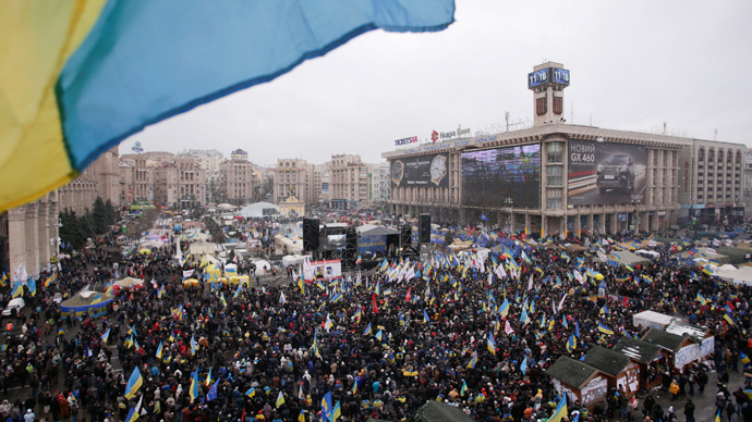 An aerial view shows Maidan Nezalezhnosti or Independence Square crowded by supporters of EU integration during a rally in central Kiev, December 8, 2013 (Reuters / Stoyan Nenov)