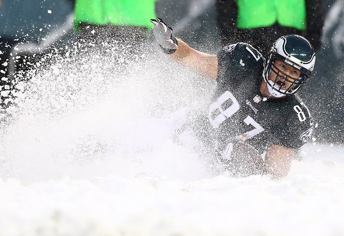 Brent Celek #87 of the Philadelphia Eagles slides on the ground to get the first down in the fourth quarter against the Detroit Lions on December 8, 2013 at Lincoln Financial Field in Philadelphia, Pennsylvania. (AFP Photo / Getty Images Elsa)