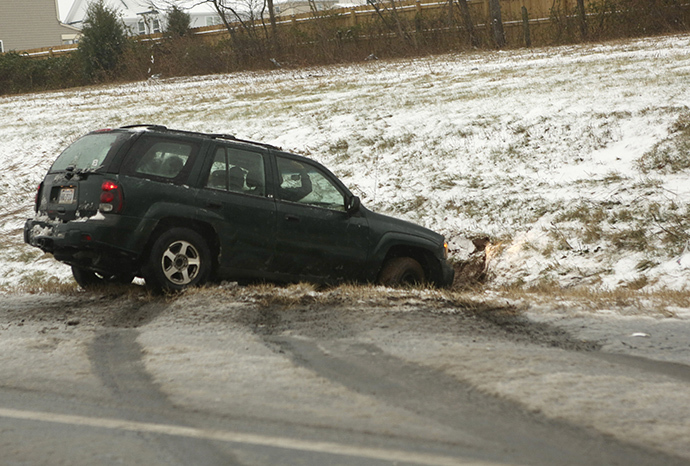 A SUV spins out of control and into a ditch on Interstate 66 in Manassas, Virginia outside of Washington December 8, 2013. (Reuters / Gary Cameron)