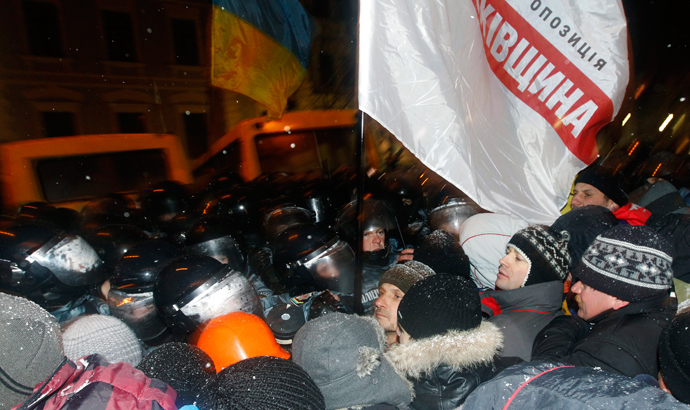 Pro-European integration protesters stand in front of riot police as they block the road near the presidential palace in Kiev, December 10, 2013 (Reuters / Vasily Fedosenko)