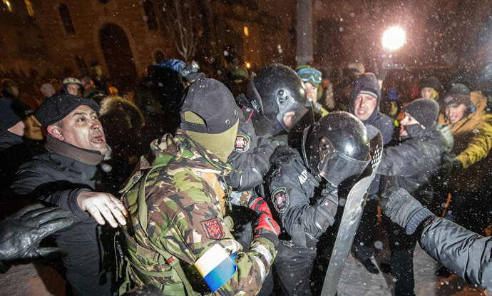 Protesters clash with riot police at the Viktor Yanukovich presidential office in Kiev on December 10, 2013. (AFP Photo/Dmitry Serebryakov)