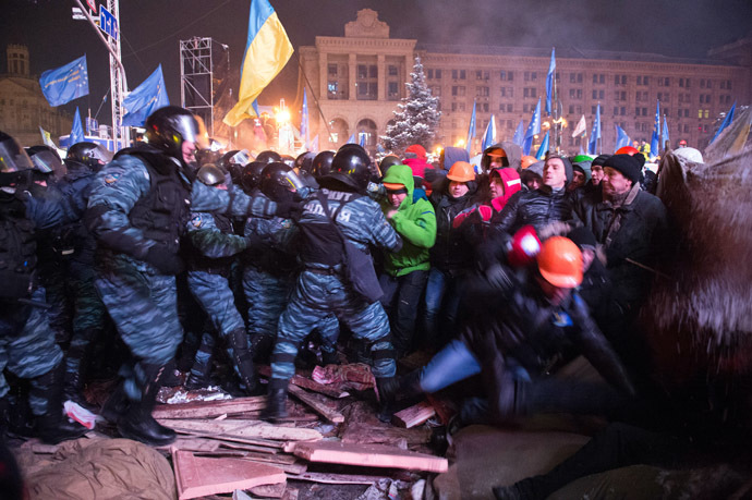 Riot police forces clash with protesters on Independence Square in Kiev late on December 11, 2013. (AFP Photo/Dmitry Serebryakov)
