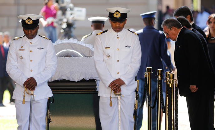 Cuba's President Raul Castro (3rdR) pays his respects to former South African President Nelson Mandela during the lying in state at the Union Buildings in Pretoria on December 12, 2013. (AFP Photo/ Markus Schreiber)