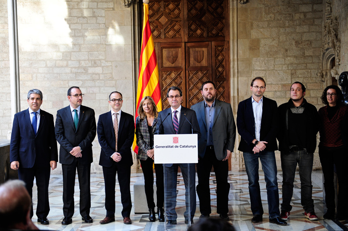 Head of the Catalunyan regional government Artur Mas (C) stands during a press conference on December 12, 2013 in Barcelona announcing that political parties in Catalonia agreed to hold a referendum on independence for the northeastern Spanish region on November 9, 2014 (AFP Photo / STR)