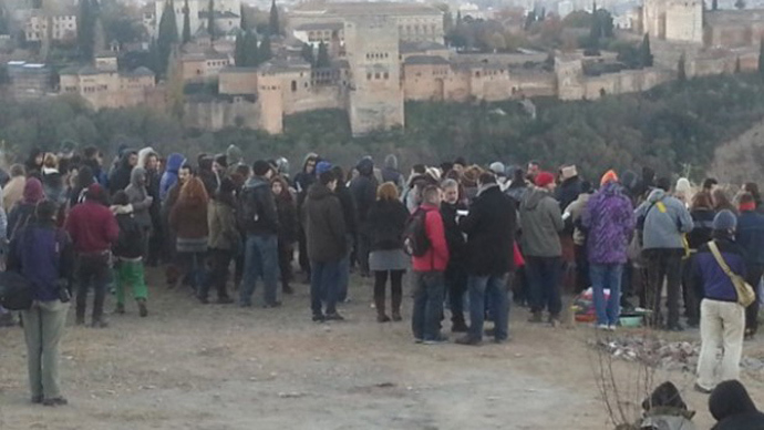 Cave dwellers and activists gathered following the town planner's announcement. This is the third attempt to clear cave dwellings in the past six years.Image from radiogranada.es