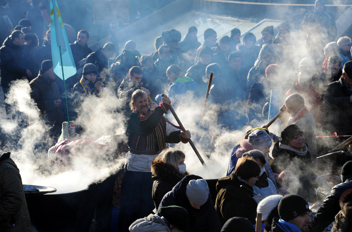 Pro-European Union opposition supporters cook on Independence Square in Kiev on December 14, 2013 (AFP Photo / Viktor Drachev)
