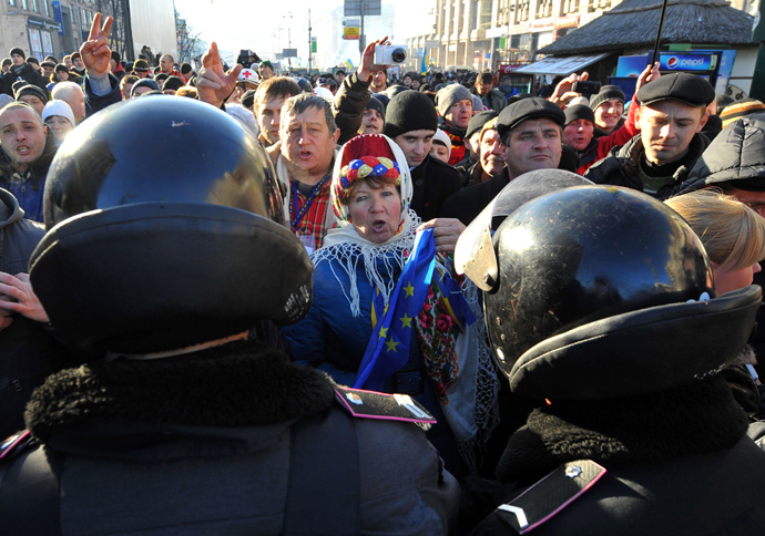 Ukrainian opposition supporters shout at supporters of Ukrainian President Viktor Yanukovych as police separate pro-EU protesters rallying on Independence Square and Yanukovych supporters rallying on European Square in Kiev on December 14, 2013 (AFP Photo / Viktor Drachev)