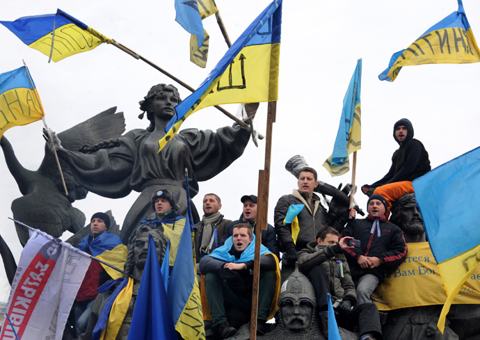 Ukrainian opposition supporters waves flags during a mass rally on Independence Square in Kiev on December 15, 2013. (AFP Photo / Viktor Drachev)