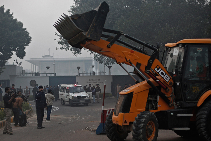 A bulldozer removes the security barriers in front of the U.S. embassy in New Delhi December 17, 2013 (Reuters / Adnan Abidi)