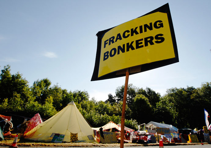 An anti-fracking sign is displayed at the protest camp by the entrance to a site run by Cuadrilla Resources, outside the village of Balcombe in southern England August 6, 2013.(Reuters / Luke MacGregor)